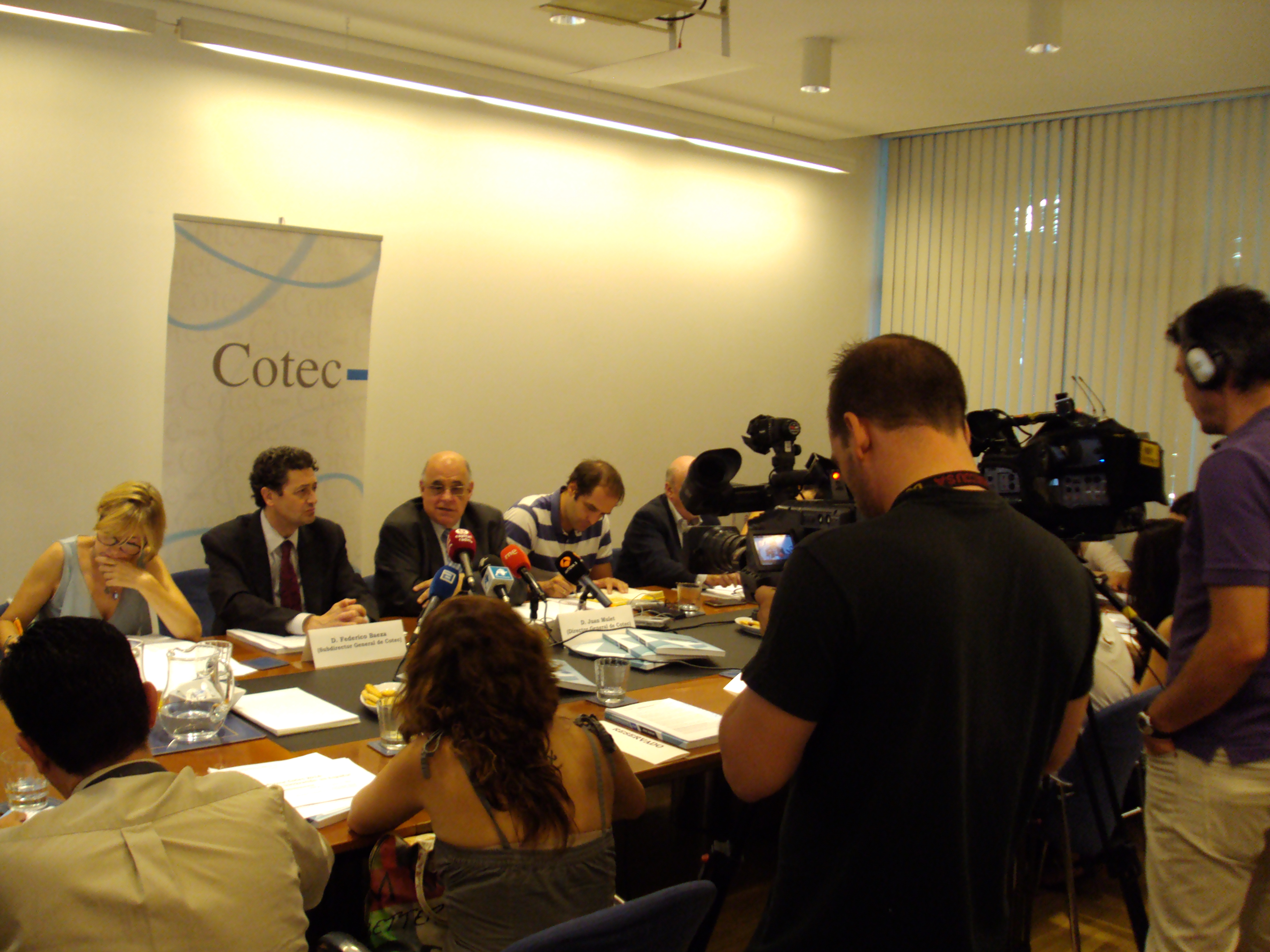 2. Foto Presentación Informe Cotec 2014 (2) (1)  Gasto en Innovación y Desarrollo: España vuelve a cifras anteriores a 2008 y cada vez más lejos de la media europea 2 foto presentacic3b3n informe cotec 2014 2 1